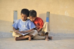 Indien - NityaSeva Zwei Jungen beim Lernen