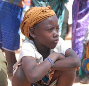 Mali - junges Mädchen bear